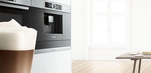 Inbouw koffieautomaat van Bosch met cappuccino ervoor
