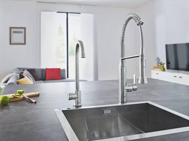 De kleinere Mono levert alleen kokend heet water en past perfect naast je bestaande kraan.