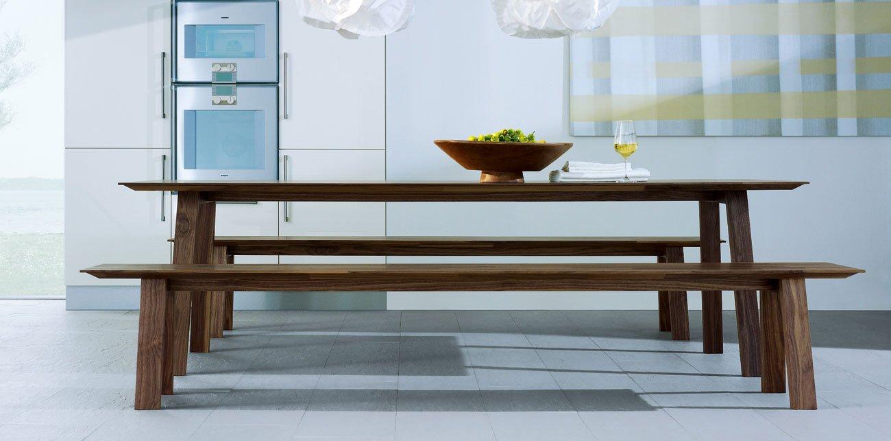 NT 2: Tafel en bank geborstelt, volledig massief hout, oppervlakte geolied.