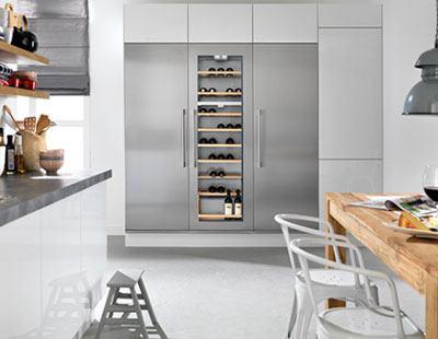 Het Cooling Center van ATAG bestaat uit een vriezer, wijnklimaatkast en een koeler, en is voorzien van luxe RVS deurpanelen en handgrepen.