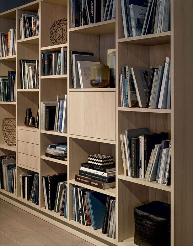De boekenkast in het woongedeelte van next125