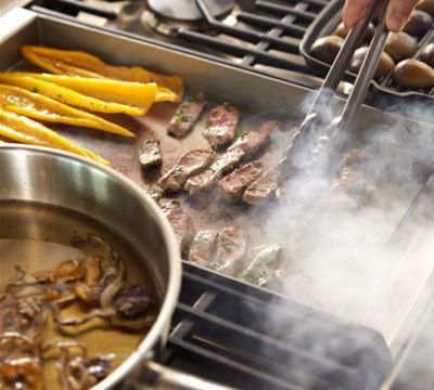 Een fornuis van formaat, een multifunctionele én een conventionele oven, maar vooral een Teppan Yaki grillplaat.