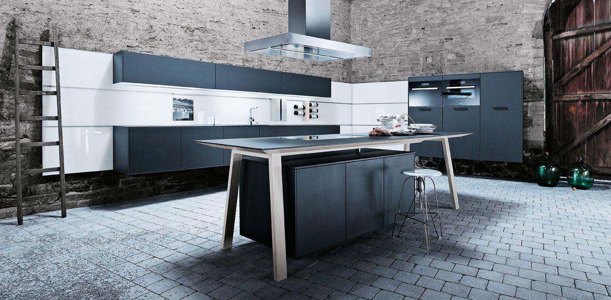 De grijze keuken laat zich goed combineren met een natuurlijk interieur.