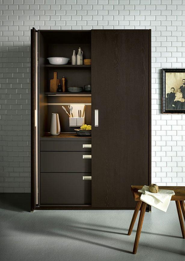 Hoge kast met inschuifbare deuren – zorgt voor een huiselijke en opgeruimde look in een mum van tijd.