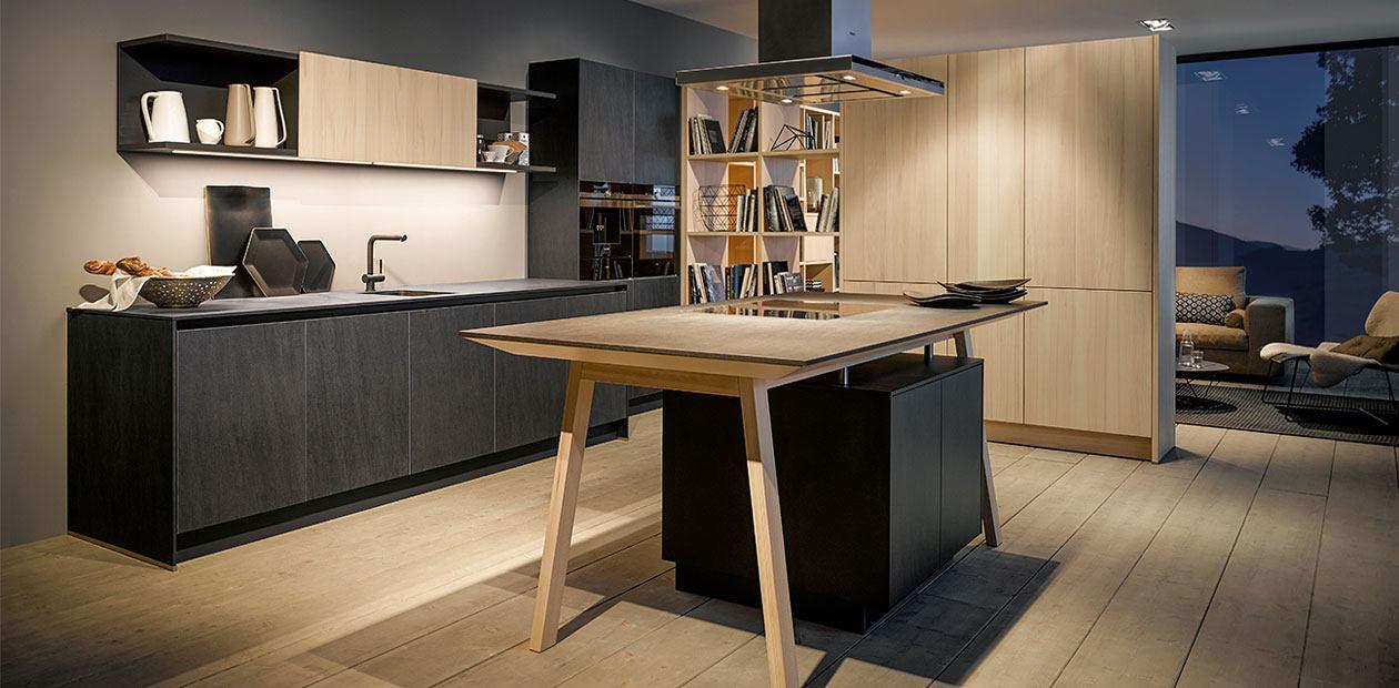 Keuken in donkergrijs grafiet in combinatie met licht hout (beuken).