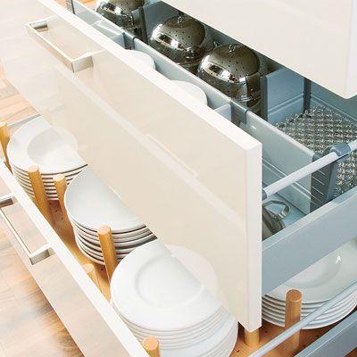 Keukenkast interieuren met diverse opbergmogelijkheden voor uw bestek, borden, voorraadartikelen.