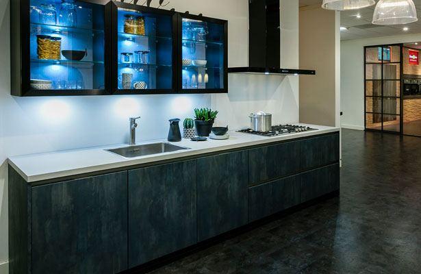 Keukentrend met blauwe verlichting en betonlook fronten
