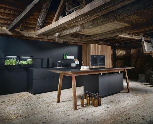 Dankzij zijn innovatieve uiterlijk verbindt de vrijstaande kooktafel de keuken met de woonkamer.