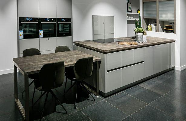 Moderne keuken met keukentafel