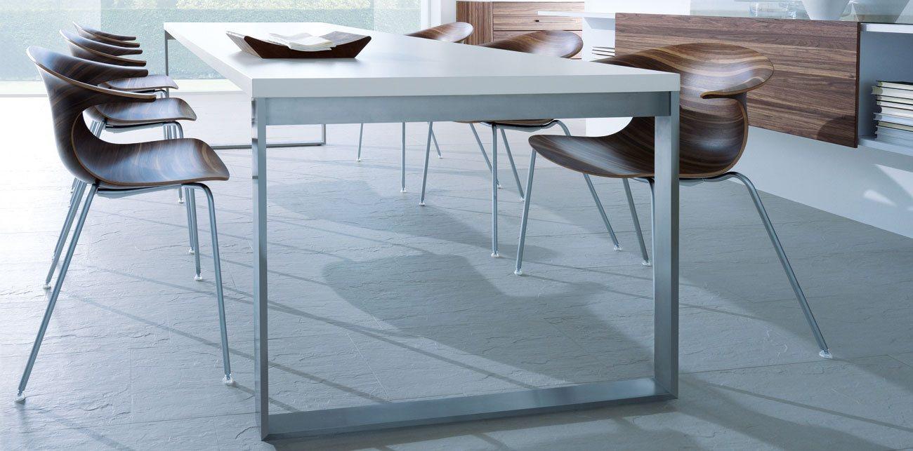 Witte eettafel uit de next125 table&chair collectie met notenhouten stoelen