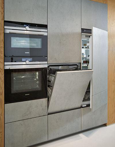 De functionele techniekzone met oven, stoomoven, vaatwasser en koelkast