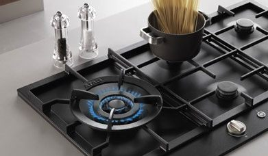 De wokbrander, waarmee gerechten supersnel en knapperig worden bereid, bevindt zich altijd links op de kookplaat.